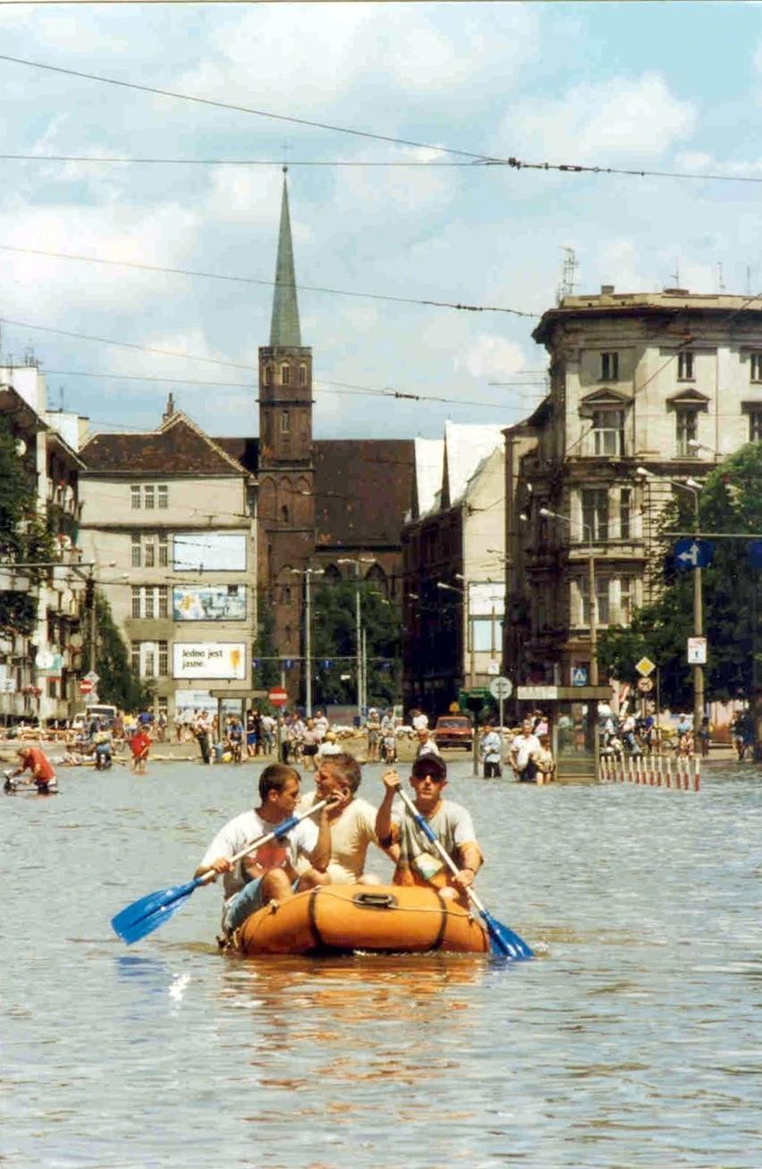 Wrocław 17-07-1997. Powódź we Wrocławiu. Zalana ulica Piotra...