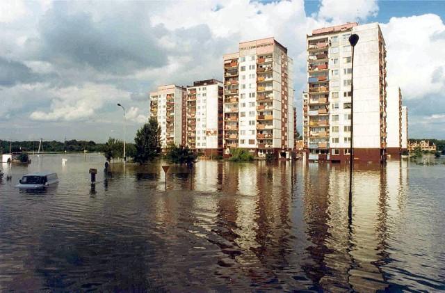Wrocław 17-07-1997. Powódź we Wrocławiu. Zalane osiedle Kozanów