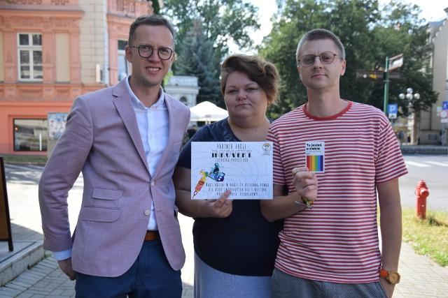 """Instytut Równości i zielonogórskie salony tatuażu ruszają z akcją: """"Inkovery"""". Na zdjęciu (od lewej): Marcin Zbrzyzny, Agnieszka Chyrc, Kacper Kubiak."""