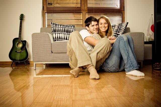 Mieszkanie dla młodychAby zbudować swoją pozycję, kupujący powinien zacząć negocjacje cenowe jeszcze zanim obejrzy mieszkanie. Warto zadać deweloperowi na przykład takie pytanie - jak bardzo możecie Państwo spuścić z ceny mieszkania. Możemy zrobić to już podczas pierwszej rozmowy z deweloperem lub jego przedstawicielem.