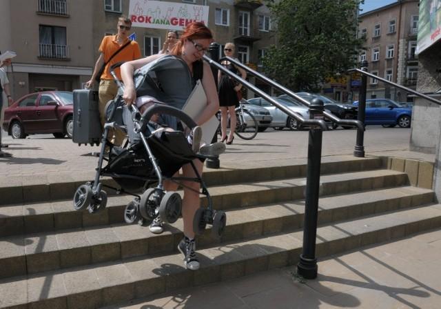 Nie ma podjazdu i wózek trzeba znosić po schodach: w Lublinie taki widok nikogo nie dziwi.