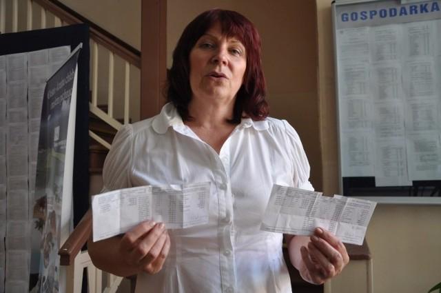 Na sesję rady powiatu pielęgniarki przyniosły paski wypłaty. Jedna z nich zarabia na rękę 1530 zł, druga 1760 zł (ma dodatek za pracę w godzinach nocnych i w święta) - pokazuje Zdzisława Fałat.
