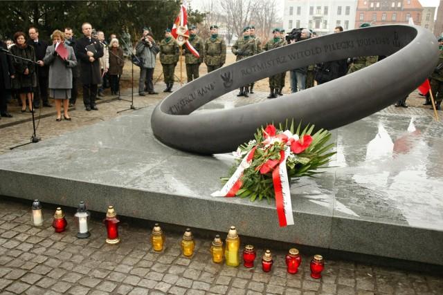 """Pomnik """"Obrączka"""" na ul. Podwale upamiętnia żołnierza wyklętego, rotmistrza Witolda Pileckiego"""
