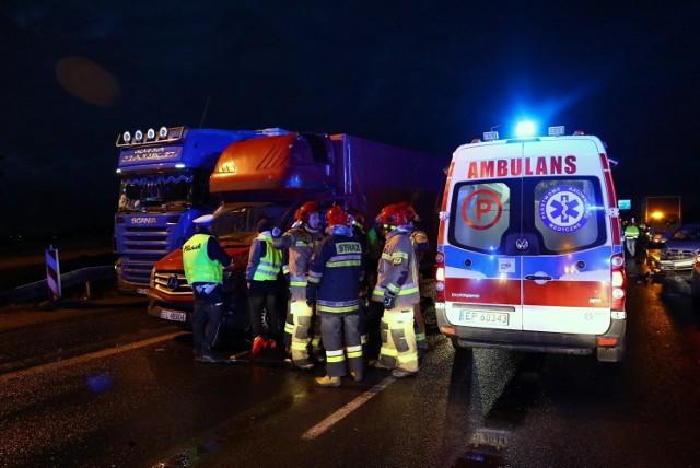 Wypadek w Twardosławicach na skrzyżowaniu z A1. Ciężarówka staranowała renault. Kierowca wjechał na czerwonym.