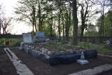 Wolontariusze uporządkowali grób Rondthalerów na cmentarzu ewangelickim w Brzezinach