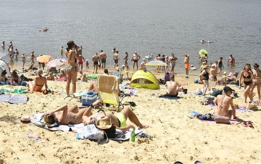 Trudno znaleźć wolne miejsce na plaży nad zalewem w...
