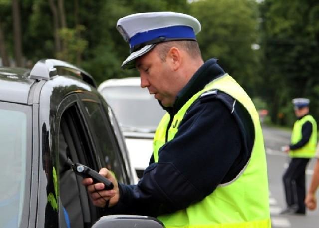 Policjanci sprawdzają kierowców