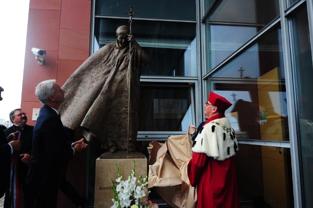 Odsłonięcia pomnika dokonali minister Miklós Soltész, sekretarz stanu w Kancelarii Premiera Węgier oraz rektor UPJPII ks. prof. Robert Tyrała