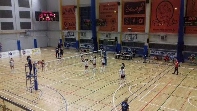 Siatkarki KSZO Ostrowiec zagrały bardzo ambitnie i wywalczyły punkt w Toruniu.