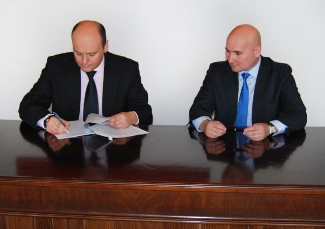 Andrzej Kosztowniak i Piotr Ostaszewski podpisują umowę