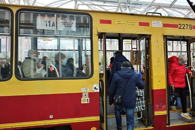Od soboty 17 października w łódzkich autobusach i tramwajach będą obowiązywały dodatkowe obostrzenia. Od tego dnia bowiem Łódź otrzyma status tzw. czerwonej strefy.CZYTAJ DALEJ NA NASTĘPNYM SLAJDZIE