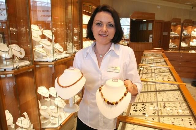 - Piękne korale z bursztynu można teraz kupić za połowę ceny – mówi Dorota Srokosz z salonu Apart.