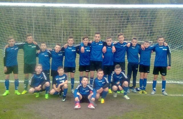 Drużyna trampkarzy młodszych z Klubu Sportowego Smyków ma za sobą udany sezon w rozgrywkach piłkarskich