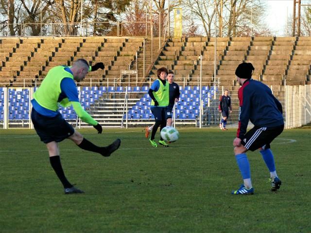 Piłkarze Gwardii Koszalin podczas jednego z ostatnich treningów przed zawieszeniem ligowych rozgrywek.