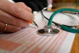 """Najpopularniejsze fakty i mity o """"L4"""". Co wolno, a czego nie wolno robić na zwolnieniu lekarskim?"""