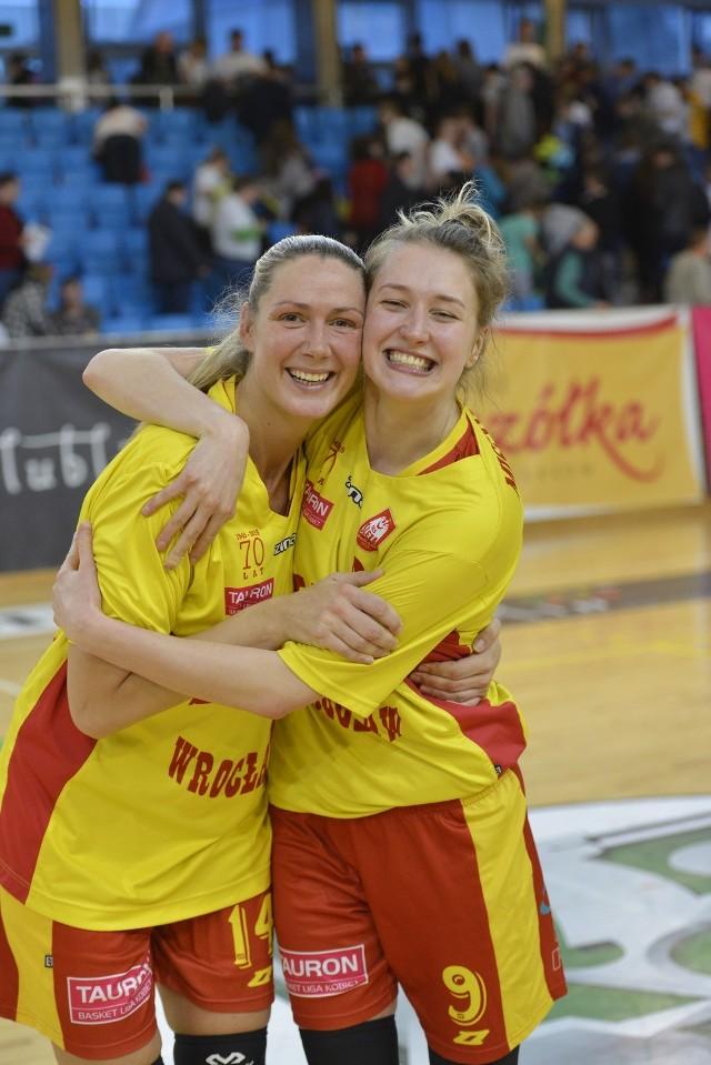 To był dobry mecz Ślęzy. Wrocławianki w pełni zasłużenie awansowały do półfinału. Na zdjęciu Egle Sulciute i Dorota Mistygacz