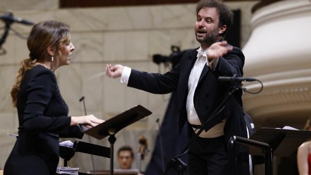 """Natalia Rubiś, sopran i dyrygent Łukasz Borowicz podczas wykonania opery """"Faniska"""" Luigiego Cherubiniego."""