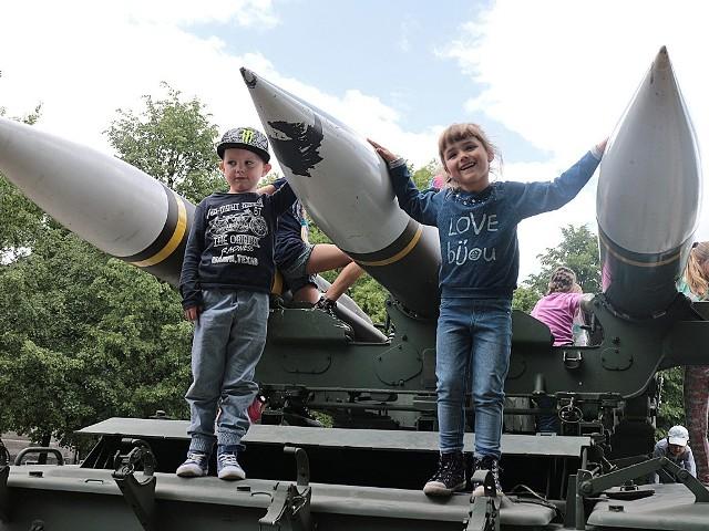 Drzwi Otwarte Wojskowych Zakładów UzbrojeniaAleksandra Steyer i Nikodem Gawrecki oglądali wyrzutnię rakiet