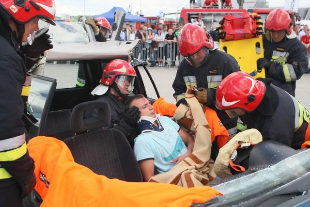 EDURA 2013 - strażacy i ratownicy w akcjiW środę w Targach Kielce można było oglądać na żywo, jak kieleccy strażacy i ratownicy zabezpieczali miejsce wypadku i ratowali rannego, w którym samochód osobowy zderzył się z ciężarówką przewożącą niebezpieczne substancje chemiczne.