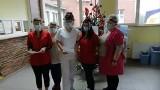 Fantastyczny filmik ze Szpitala Miejskiego w Miastku. Kolędę śpiewają pracownicy, pacjenci i motocykliści. Musisz to zobaczyć!