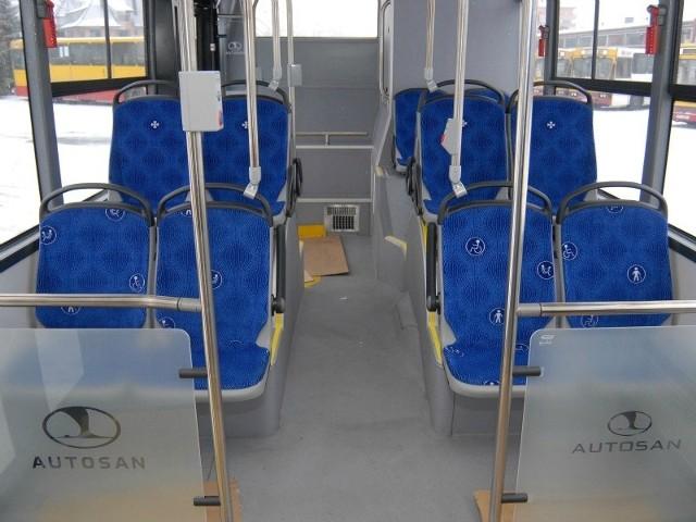 Sancity 10LF to najnowszy model autobusu miejskiego produkowanego przez zakłady w Sanoku. Ma 10,5 metra długości i może zabrać na pokład 95 pasażerów. Rzeszów zamówił wersję z klimatyzacją kabiny kierowcy i przedziału pasażerskiego. W każdym pojeździe zamontowano elektroniczny system kontroli jazdy. Dzięki niemu w bazie można po zakończeniu kursu prześledzić dokładne parametry przejazdu, pracy silnika i poziom zużycia paliwa autobusu. Kolorystykę rzeszowskich autosanów wybrali mieszkańcy, a niebiesko-biała tapicerka z herbami miasta powstała w Austrii. Za 20 autobosuów Rzeszów zapłacił 15,3 mln zł. 60 mercedesów będzie kosztowało 65 mln zł. 85 procent kosztów pokryje Unia Europejska.