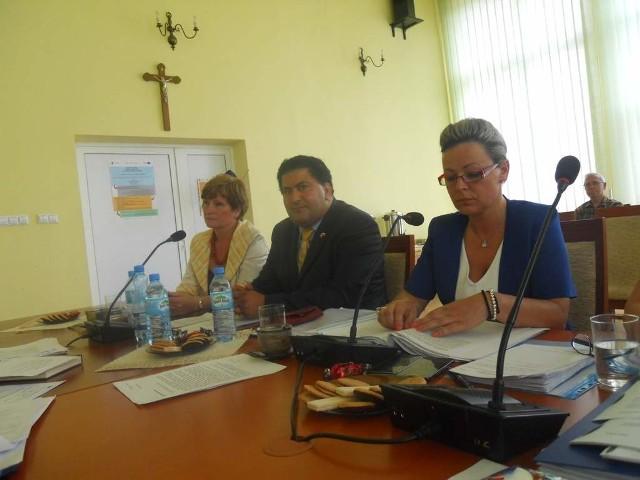 Zarząd powiatu,od lewej wicestarosta Marzenna Drab, Lotfi Mansour, starosta Wioletta Wisniewska