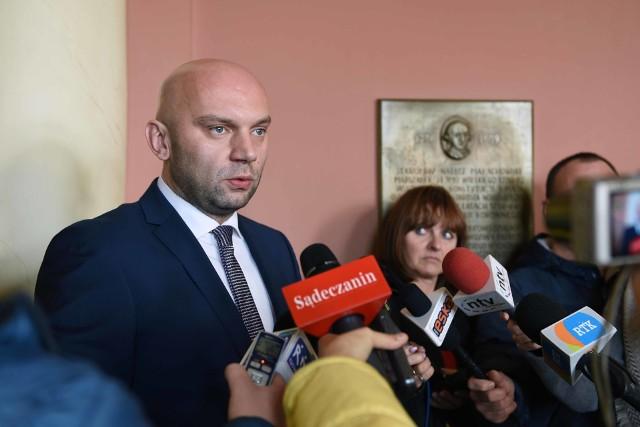 wiceprezydent nowego Sącza Artur bochenek zapowiada oszczędności w wydatkach bieżących miasta, w tym w wynagrodzeniach dla pracowników urzędu