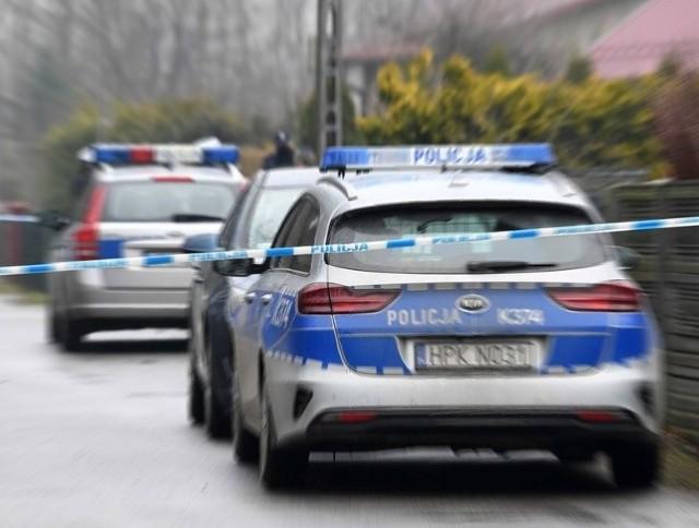 Przed kilkoma dniami doszło do brutalnego zabójstwa łódzkiego przedsiębiorcy. Mężczyzna został zaatakowany we własnym domu pod Łodzią. Jego oprawcy/ oprawców nie zatrzymano!CZYTAJ DALEJ >>>.