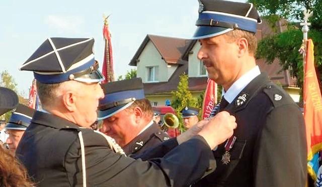 """Wójt gminy Krasne Wilhelm Woźniak otrzymał srebrny medal """"Za Zasługi dla Pożarnictwa""""podczas obchodów jubileuszu 110-lecia OSP Krasne. Te odbyły się na początku września tego roku."""