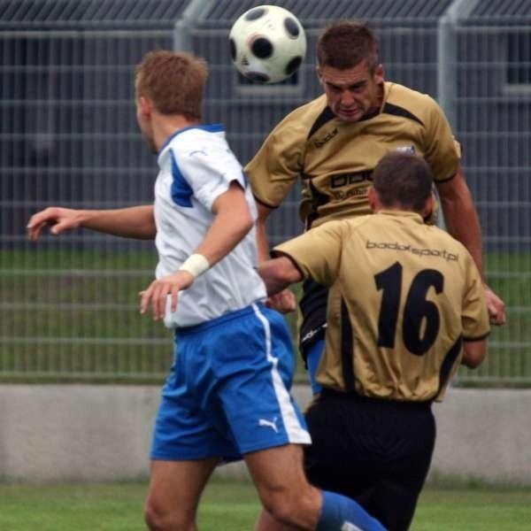 Michał Glanowski (przodem w złotej koszulce) w sobotę pauzował za nadmiar żółtych kartek. Dziś jest już do dyspozycji trenera.