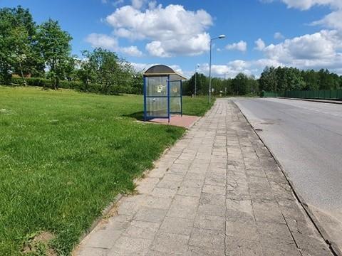 """To miejsce przy ZSP w Kamieniu należy do niebezpiecznych. Radna Natalia Marciniak interpeluje o utworzenie w tym miejscu strefy """"Pocałuj i jedź"""""""