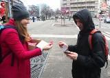 Partia Razem rozdawała prezerwatywy w Szczecinie. Z życzeniami bezpiecznego i udanego seksu