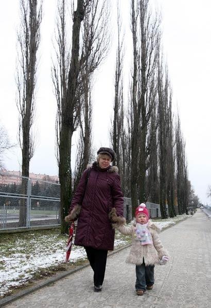- Jeśli topole stanowią zagrożenie, należy je stąd usunąć - uważa Elżbieta Szelmicka. Na zdjęciu z córką Karolinką.