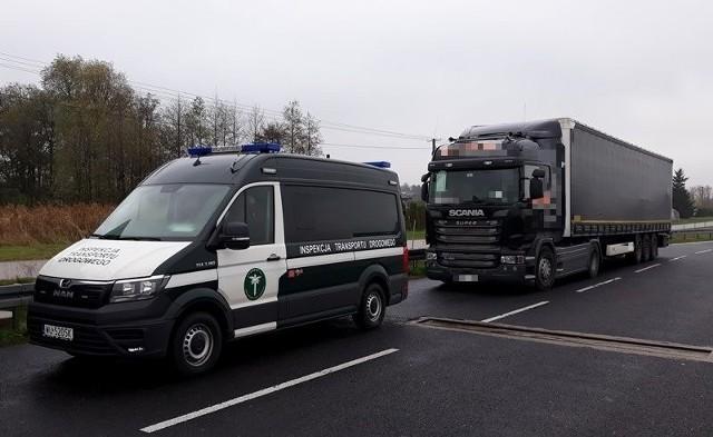 Inspektorzy zatrzymali samochód z przerobionym tachografem na trasie numer siedem w Widowie w gminie Belsk Duży.