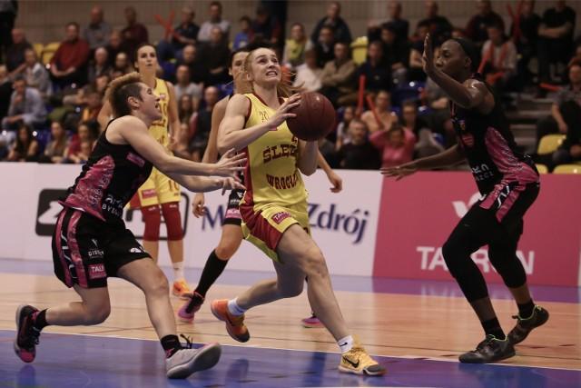 Agnieszka Śnieżek (z piłką) musi teraz skupić się na rehabilitacji