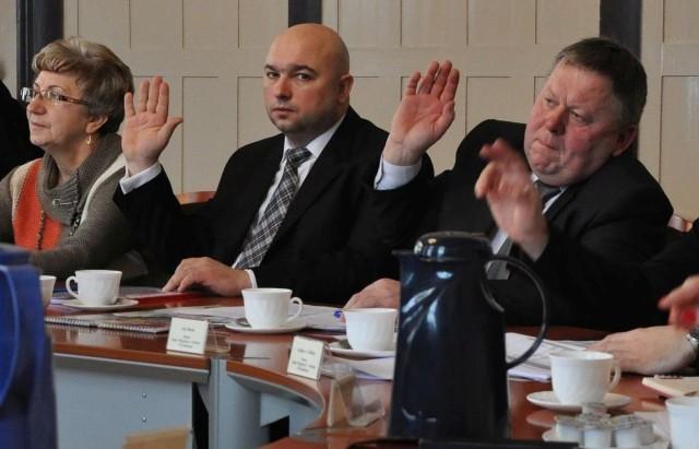 Przeciwko uchwale oświatowej zagłosowało tylko 3 radnych, od lewej: Edeltrauda Zug, Klaudiusz Małek i Jan Bonk.