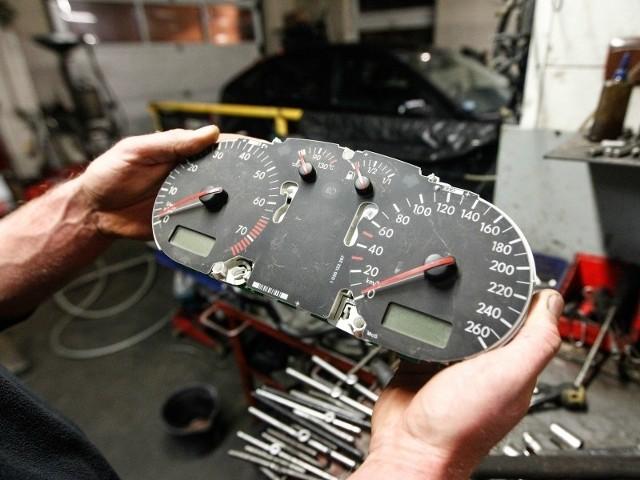 Cofnięcie przebiegu w licznikach starego typu jest banalnie łatwe – wymaga jedynie wymontowania prędkościomierza i ręcznego przestawienia cyferek. W przypadku nowszych samochodów sprawa jest bardziej skomplikowana, bo przebieg jest tu kodowany w modułach elektronicznych np. radia, ABS-u a nawet kluczyka. Pracy jest trochę więcej, bo z każdego urządzenia trzeba usuwać dane po kolei. Nierzadko taki zabieg zajmuje fachowcowi cały dzień. Cena takiej usługi to zazwyczaj 200-300 zł, ale za trudniejszą łamigłówkę spec może policzyć sobie nawet 1000 zł.