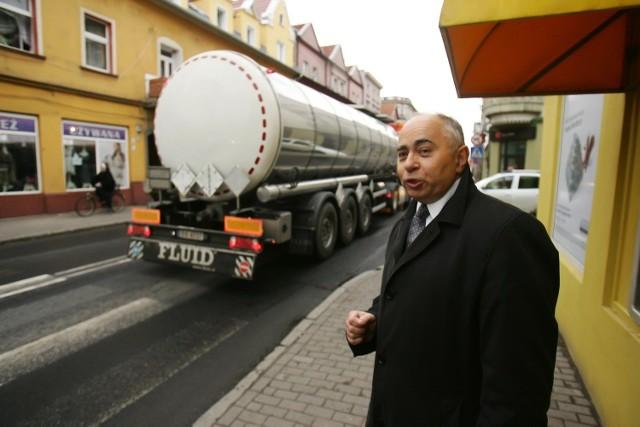Jan Andrzej Kułacz z Rady Osiedla pokazuje, gdzie odbędzie się protest. Ciężarówki pod oknami leśniczan mieszkających przy Średzkiej to codzienność