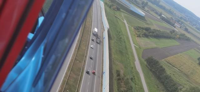 """Policyjna akcja pod hasłem """"Podniebny patrol"""" odbyła się w piątek 21 maja. Stróże prawa szczególnie baczną uwagę zwrócili na to, czy kierowcy samochodów ciężarowych stosują się do zakazu wyprzedzania na odcinku od skrzyżowania autostrad A 1 i A 2 do granic województwa łódzkiego."""