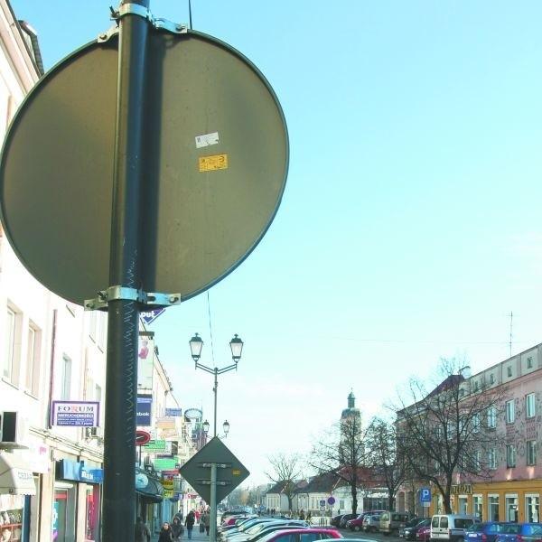 Nawet jeśli ten znak został ustawiony zgodnie z przepisami, to nie zdaje w tym miejscu żadnego egzaminu  z prostej przyczyny. To, co kiedyś było ulicą, teraz jest parkingiem o czym kierowców informuje inny znak.