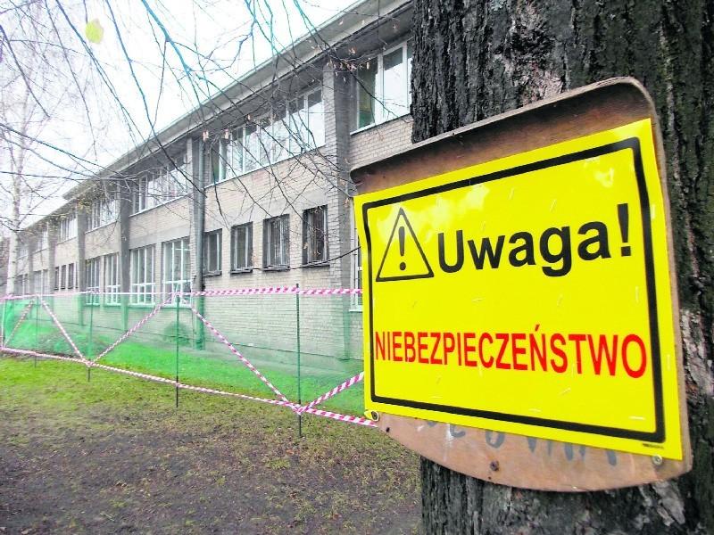 Szkoła Podstawowa nr 1 w Zgierzu ma 50 lat. Przez ten czas nie przechodziła remontu. Budynek zaczął się sypać i trzeba go było ogrodzić siatką.