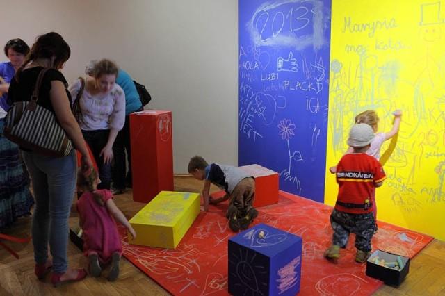Farba tablicowa na ścianieTablica nie musi być ciężką prostokątną dechą. Masz ochotę rysować po ścianie? Proszę bardzo. Farba tablicowa to dobry pomysł na ścianie w pokoju dziecka.