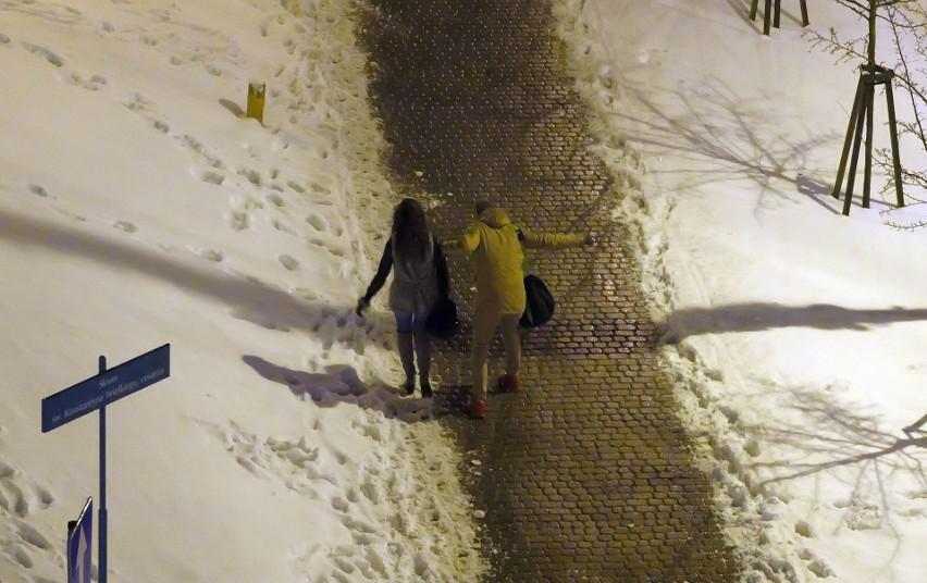 Gołoledź w Białymstoku. Chodniki zamieniły się w lodowisko....