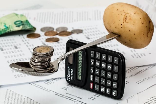 Oszczędzanie wcale nie wymaga od nas wyrzeczeń i życia bez przyjemności. Aby odłożyć pieniądze, wystarczy kilka prostych tricków i regularność. Lista zakupów, planowanie budżetu domowego, konto oszczędnościowe, co jeszcze? Sprawdź w naszej galerii skuteczne sposoby na oszczędzanie pieniędzy.