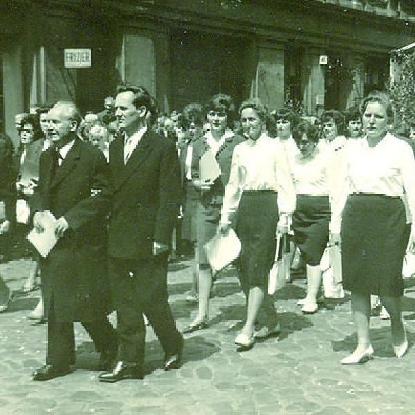 Procesja w święto Bożego Ciała w 1962 roku. Na pierwszym planie Szczepan Jankowski z synem Olafem oraz Chór Panien Różańcowych, który prowadził pan Szczepan.