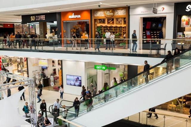 25 i 26 grudnia decyzję o otwarciu sklepów Żabka i Freshmarket podejmą osoby prowadzące poszczególne placówki. Sklepy, które zostaną otwarte, będą czynne krócej niż zwykle. W zależności od indywidualnej decyzji franczyzo-biorców - od godz. 9 do 19 lub od godz. 11 do 21.