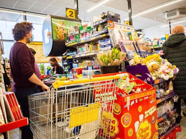 W wybranych sklepach Biedronki testowane są usługi pocztowe. Sieć realizuje projekt z Pocztą Polską. Z tego powodu w kilku Biedronkach można już zrobić zakupy także w niedziele niehandlowe. Czy w niedziele będą czynne wszystkie sklepy tej sieci?WIĘCEJ NA KOLEJNYCH STRONACH>>>