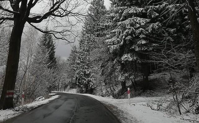 Co prawda astronomiczna i kalendarzowa wiosna już się rozpoczęła, ale to wcale nie oznacza, że od razu będzie bardzo ciepło. Po dosyć ładnym weekendzie, aktualnie mamy ochłodzenie, a godzinę jazdy od Wrocławia (w Górach Sowich) spadł śnieg. Biały puch sypie oczywiście także w wyższych partiach Sudetów. Zobaczcie na kolejnych zdjęciach, jak to wygląda.