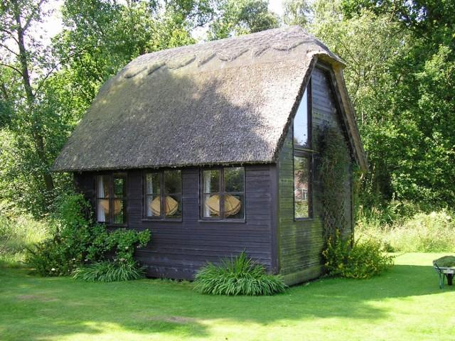 Mały domekDomek możemy wybudować w stylu nowoczesnym, ale równie dobrze stylizując go na wiejską chatkę.
