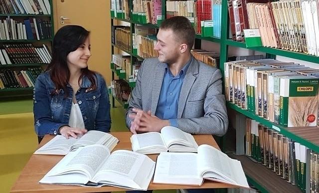 """Anna Łosin i Edgar Kobos, uczniowie buskiego """"ekonomika"""", spędzają wiele czasu w bibliotece, przygotowując się do etapu okręgowego olimpiady."""